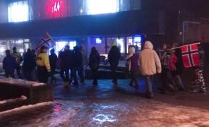 PEGIDAS 17 tilhengere i Tønsberg ble møtt av flere hundre motdemonstranter.