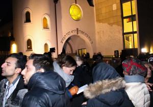 I en splittet verden er samhold vårt eneste alternativ, som her, ved synagogen i Oslo.