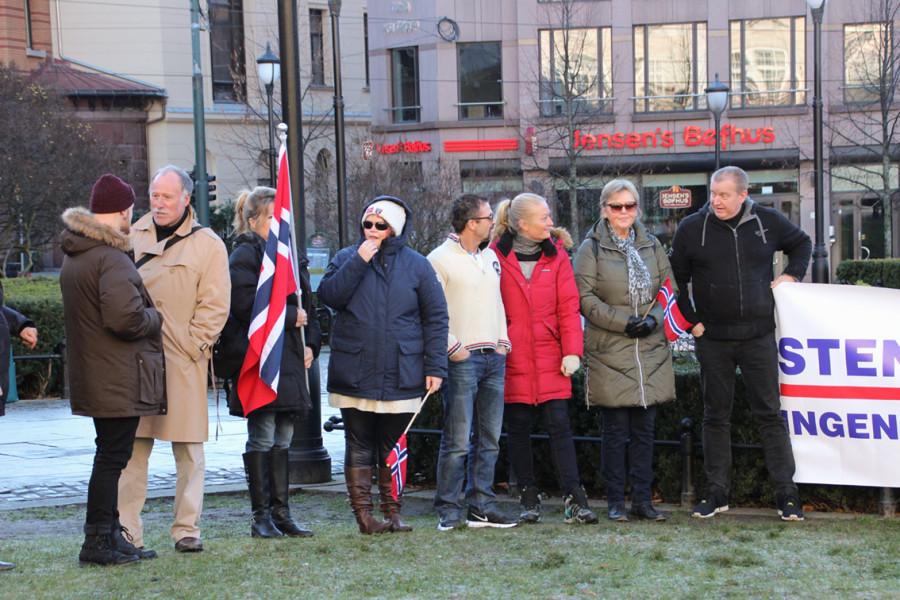 Tradisjonen tro for slike demonstrasjoner var det flust med balkongflagg og små håndholdte flagg.