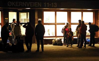 Flyktninger som venter utenfor Politiets Utlendingenhet i Oslo.
